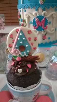 Cupcake artístico - Casinha de Pássaros para a Festa Chá no Jardim Provençal!!Feito à mão,sem moldes e pintura das rosinhas também feito à mão ;)