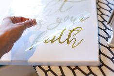 The Secret to putting Vinyl on Canvas - Sugar Bee Crafts Bee Crafts, Vinyl Crafts, Vinyl Projects, Vinyl Canvas Ideas, Diy Canvas Art, Canvas Signs, Cricut Iron On Vinyl, Words On Canvas, Cricut Tutorials