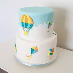 Feito por Bolos da Cíntia  Orçamento e encomendas:   E-mail: contato@bolosdacintia.com  Whatsapp: (11) 96882-2623    Bolo de chá de bebê decorado com balão, pipas e cataventos  Amo esse tema, tanto para festa de menino quanto de menina!    #bolosdacintia #chadebebe #balão #pipa #catavento #cake #cakedecorating #cakedesigner #festademenino #festademenina #babyshower #balooncake #clouds