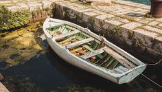 http://thumbs.dreamstime.com/t/bateau-%C3%A0-rames-en-bois-amarrant-%C3%A0-la-couchette-en-pierre-antique-45518254.jpg