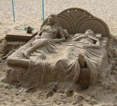 Sand Art is the practice of modelling sand into an artistic form, such as a sand brushing, sand sculpture, sand painting, or sand bottles. A sand castle is a type of sand sculpture resembling a min… Art Plage, Instalation Art, Sculpture Metal, Ice Art, Snow Sculptures, Snow Art, Grain Of Sand, Beach Art, Oeuvre D'art