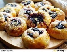 Z droždí, lžičky krupicového cukru a lžičky mléka necháme v teple vzejít  kvásek. Ve šlehači vyšleháme do pěny máslo s cukry, přidáme žloutky....