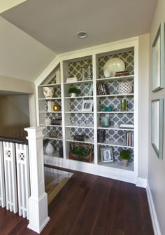 Built in Bookcase House of Turquoise: Karista Hannah and Lauren Harp House Of Turquoise, Turquoise Kitchen, Transitional Living Rooms, Transitional Decor, Transitional Kitchen, Style At Home, Stair Landing, Landing Decor, Built In Bookcase