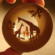 Artista francesa cria cenas em miniatura dentro de rolos de papel higiênico.