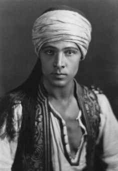 rudolph valentino the sheik 1921 Rudolph Valentino, Silent Film Stars, Movie Stars, Turbans, Vintage Hollywood, Classic Hollywood, Marilyn Film, Star Wars, Old Movies