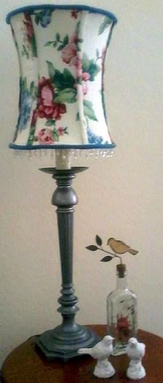 : NO Sew Lamp shade recover tutorial Mirror Lighting Recover Lamp Shades, Bedside Lamps Shades, Table Lamp Shades, Custom Lamp Shades, Modern Lamp Shades, Light Shades, Cool Ideas, Porch Lamp, Miraculous
