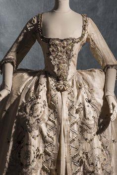 Robe de cour, c.1778, Chinese silk, taffeta and satin, Collection Mode et Textile | Fashion Forward, 3 siècles de mode (1715-2016) - du 7 avril au 14 août 2016