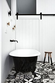 Just a pop of eye-catching tile is enough to make this otherwise-minimalist bathroom sing. Interior Design Inspiration, Bathroom Inspiration, Design Interior, Color Inspiration, Black Tub, Black Bathtub, Clawfoot Bathtub, Black White, Black Metal