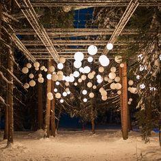 Zauberwald Lenzerheide | Faszination für alle Sinne Chandelier, Ceiling Lights, Home Decor, Light Art, Candelabra, Decoration Home, Room Decor, Chandeliers, Outdoor Ceiling Lights