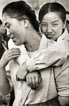 Two Girls 1989 - Beijing, China #cromacom