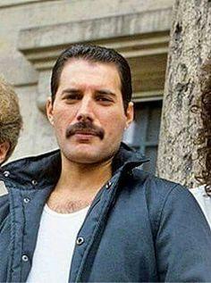 Freddie Mercury OMG he's so pretty!