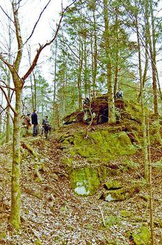 Geländespiele im Wald - Schmuggeln, Anschleichen, Orientieren und Schätze suchen.
