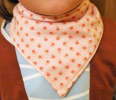 Mamma Gioca: Tutorial: come cucire una sciarpa-bandana per bambini (con cartamodelli da 0 a 2 anni)