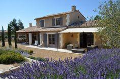 Avec une vue imprenable sur les Alpilles et le Mont Ventoux, cette villa de 200 m2 est une invitation à la détente. Piscine Privée et parc d'oliviers.