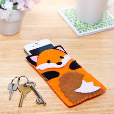 Stitch your own fox phone case - click for free tutorial and template. #crafts #foxcrafts #sewing #stitching