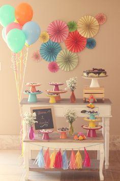 festa infantil, kids party, cores, colors, colours, tassel garland, varal de franjas, paper garland, sanfonas de papel, balloons, baões, first birthday, festa de um ano, festa em casa, party at home.