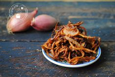 Gebakken uitjes (bawang goreng) Suriname Food, Nasi Goreng, Logo Food, Pulled Pork, Slow Cooker, Shrimp, Asian, Dining, Vegetables