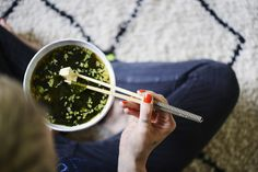 Miso Suppe - Nicht jeder schreit nach grünen Smoothies am Morgen. Gerade morgens ist eine köstliche Misosuppe eine Wohltat. Sie erdet ungemein, hält schön in der Mitte und spendet uns wertvolles Vitamin B12.