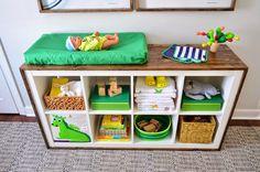 Customiser une étagère Expedit Ikea en lui ajoutant des planches de bois pour lui donner du cachet