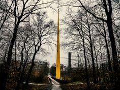 https://flic.kr/p/Ct8atP | gelbe Expo Brücke Duisburg | Ursprünglich wurde die Brücke für die Expo in Brüssel gebaut. Nach einem zweimaligen Umzug, erst nach Duissern,  dann nach Neudorf, steht sie seit den 90er Jahren als Übergang in den Duisburger Stadtwald über der A3. Der gelbe Pylon ist 50 Meter Hoch. Entworfen wurde sie von Egon Eiermann.