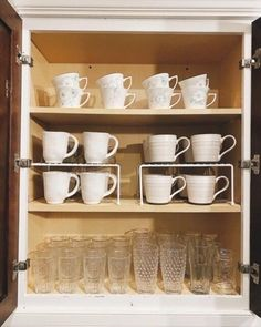 A step by step guide on organizing your kitchen cabinets and kitchen drawers. #DIY #kitchen #organization #organized