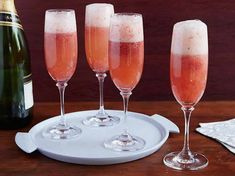 Cocktails: Grand Champagne Cocktail recipe from Bobby Flay via Food Network Cranberry Champagne Cocktail, Cocktails Champagne, Strawberry Champagne, Strawberry Puree, Cocktail Drinks, Cocktail Recipes, Bellini Cocktail, Cocktail Ideas, Gourmet