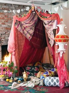 whats more romantic than a fort in the living room?a valentines themed fort in the living room! Bohemian Decor, Bohemian Style, Boho Chic, Gypsy Style, Hippie Chic, Gypsy Decor, Bohemian Design, Bohemian Patio, Bohemian Lifestyle