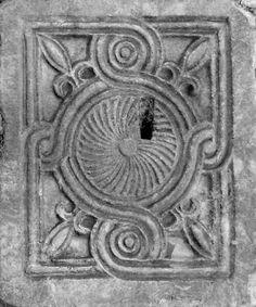 В византийском геометрическом орнаменте часто встречается мотив узла-плетенки в сочетание с кругами, ромбами и розетками. Лента плетенки всегда остается…