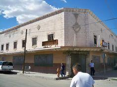 """El Centro Nocturno """"La Fiesta"""" donde amenizaron los mejores músicos de Mexico en la época dorada de los años cincuenta, tuvo también visitantes de la talla de artistas como Franck Sinatra, Elizabeth Taylor y Richard Burton. Ahora forma parte del inventario de ruinas históricas de la ciudad."""
