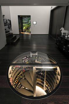 Notre cave à vin maxi-ronde s'intègre parfaitement dans cet appartement moderne et élégant.