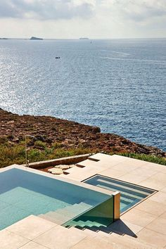These amazing outdoor swimming pool design ideas will refresh and relaxing your mind. Lets check this out in our site. #SwimmingPool #OutdoorPool