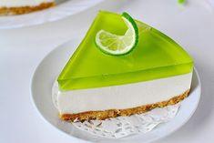 Желейный торт без выпечки с лаймовым вкусом  Ингредиенты: печенье (подобное «Юбилейному») — 200 гр.; сметана — 500 г; масло сливочное — 100 г; творог (или сливочный сыр) — 150 г; сахар — 120 г; желатин — 1 пакетик (10 г); ванильный сахар — 1 пакетик (10 г); лайм (или лимон) — 1 шт.; желе «Киви» зеленого цвета — 1 пакет; мята — 1 веточка (можно не добавлять).  Начните готовить торт с основы. Для этого в комбайне или блендере в крошку измельчите печенье. Если бытовой техники под рукой нет…