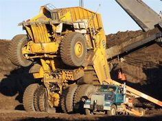 Heavy Equipment Accidents Caught on Tape: Excavator Fail, Truck Fail, Tractor Fail Heavy Construction Equipment, Heavy Equipment, Construction Humor, Construction Machines, Dump Trucks, Old Trucks, Pick Up, Monster Trucks, Caterpillar Equipment