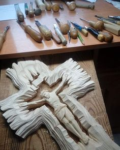 Dremel Wood Carving, Wood Carving Art, Bone Carving, Wood Art, Wooden Cross Crafts, Wooden Crosses, Wood Crafts, Red Bathroom Decor, Wood Sculpture