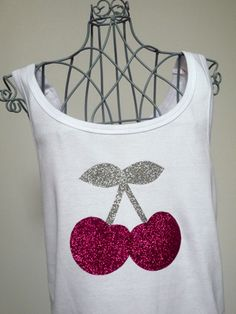 DIY Tee-shirt Cherry made with fabric glitter stickers. Tee shirt customisé avec du thermocollant à paillettes.