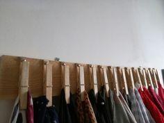 Porte écharpes avec un morceau de palette et quelques pinces à linge