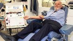 """Um australiano de 78 anos ajudou a salvar a vida de mais de 2 milhões de bebês. Como? Doando sangue.  James Harrison tem um tipo raro de sangue e já foi agulhado mil vezes nos últimos 60 anos. Na Austrália, ficou conhecido como """"O Homem com o Braço de Ouro""""."""