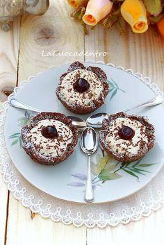Cestini al cioccolato, ripieni di chantilly alla vaniglia e amarene