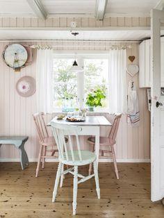 Ljusa pastellfärger på panelklädda väggar och en inredning som matchar husets karaktär har förvandlat den gamla grosshandlarvillan till ett sockersött sommarviste. Här njuter Jan och Kerstin så oft...