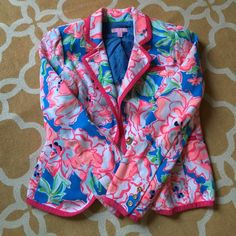Lilly Pulitzer Flutter Blue LuckyCharm Fluorescent Lilly Pulitzer Malibu Blazer M but I'm a 2-4 in Lilly dresses and shorts and fits me great.  Flutter Blue Lucky Charm Fluorescent This is a DREAM Blazer.  STRETCH so if you need a little more in the top area your good to go. It has gold buttons and contrasting trim. Shirring on the sleeves and the tailored tuck in the back. Truly timeless details in a blazer for every dress, denim, and pant. Lightweight, Unlined Cropped One Button Blazer…