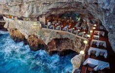 Puglia Itália - Esse restaurante foi construído dentro de uma caverna próximo ao mar.