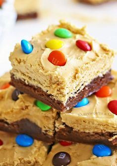 Peanut Butter Whip Brownies with M&M's Sweet Desserts, Just Desserts, Delicious Desserts, Yummy Food, Creative Desserts, Brownie Toppings, Brownie Recipes, Cookie Recipes, Brownie Ideas