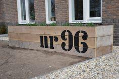 #Bloembak met #huisnummer. Heel decoratief en gemakkelijk te maken met #steigerhout van CanDo.