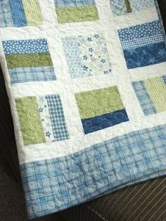 Idea to make with shirts for memory quilt Jellyroll Quilts, Scrappy Quilts, Easy Quilts, Quilting Projects, Quilting Designs, Sewing Projects, Strip Quilts, Quilt Blocks, Baby Quilt Patterns