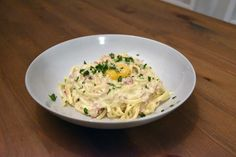 Make some Pasta Creambonara: similar to Carbonara, it is made with onion, bacon, egg, parmesan and the addition of sour cream. Sauce Recipes, My Recipes, 1 Egg, Sour Cream, Parmesan, Onion, Nom Nom, Pasta
