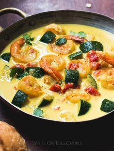 Avis aux amateurs de curry qui souhaitent garder la ligne avant d'affronter les fêtes de fin d'année… recette de curry de courgettes et de crevettes au lait de coco