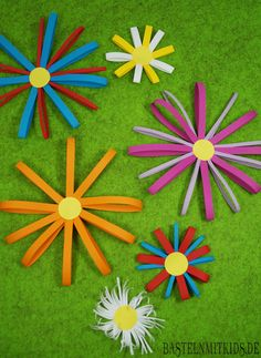 Make paper flowers yourself with children - crafting kids - Papierblumen selber machen mit Kindern – Bastelnmitkids Make paper flowers yourself Kids Crafts, Easy Crafts, Arts And Crafts, May Day Baskets, Fleurs Diy, Kid Drinks, Floral Backdrop, Breakfast For Kids, How To Make Paper