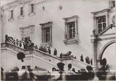 O cortejo imperial descendo a escada vermelha da Catedral Uspenski, Jubileu de  Borodino, cartão postal. 1912.