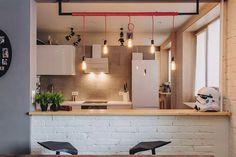 Минималистичная белая кухня с барной стойкой