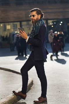 On the Street…La Fortezza, Florence (The Sartorialist) - Brittany-A Little Britt of Fun - Styles Cool The Sartorialist, Gentleman Mode, Gentleman Style, Fashion Moda, Love Fashion, Mens Fashion, Style Fashion, Fashion Menswear, Hipster Indie